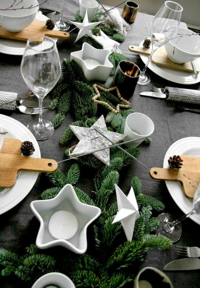tischdekoration-weihnachten-schwarze-tischdecke-sterne-weinglaser-teller