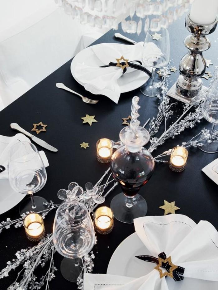 tischdekoration-weihnachten-weise-servietten-sterne-kerzen-wein-schwarze-tischdecke