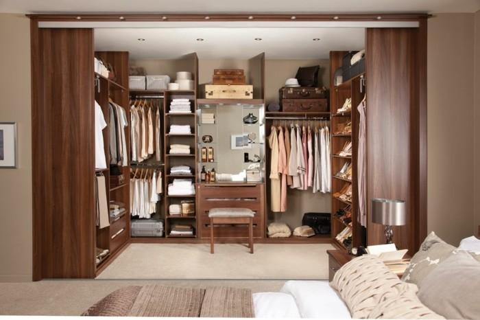 toller-offener-kleiderschrank-im-schlafzimmer-beige-hoelzern