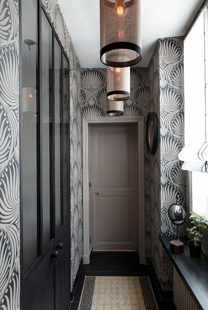 wand-deko-flur-ture-lampen-teppich-graue-tapeten-mit-elementen-fenster