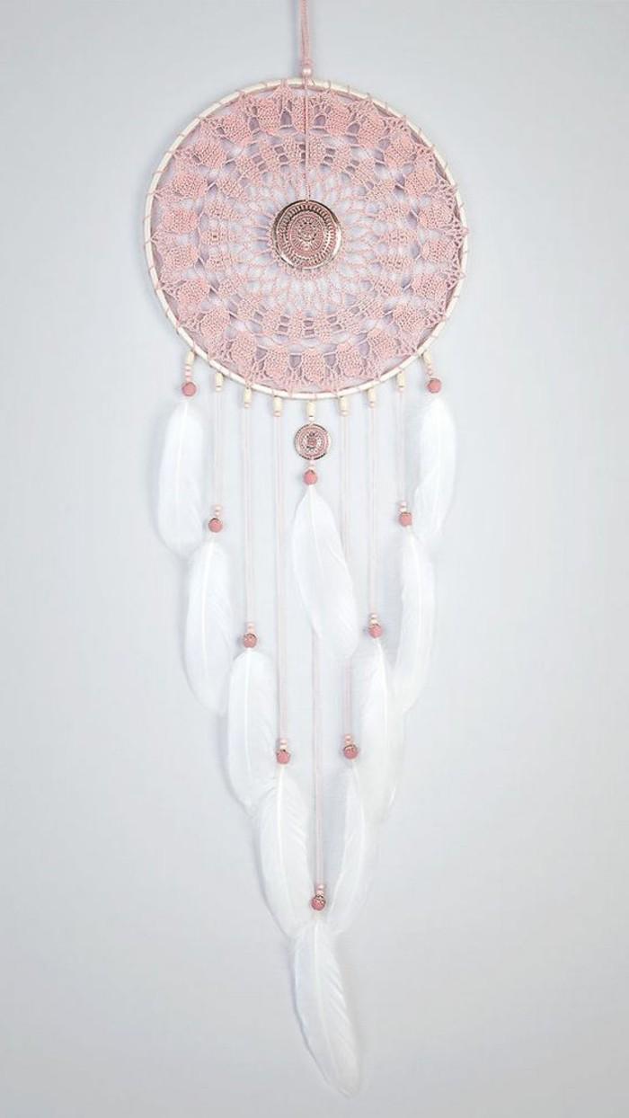 wanddeko-ideen-weise-wand-traumfanger-in-rosa-und-weis-dekoration