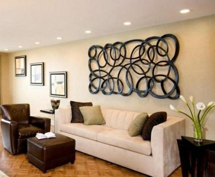 wanddeko-ideen-weiser-sofa-brauner-sessel-hocker-blumen-bilder-schwarze-wanddekoration