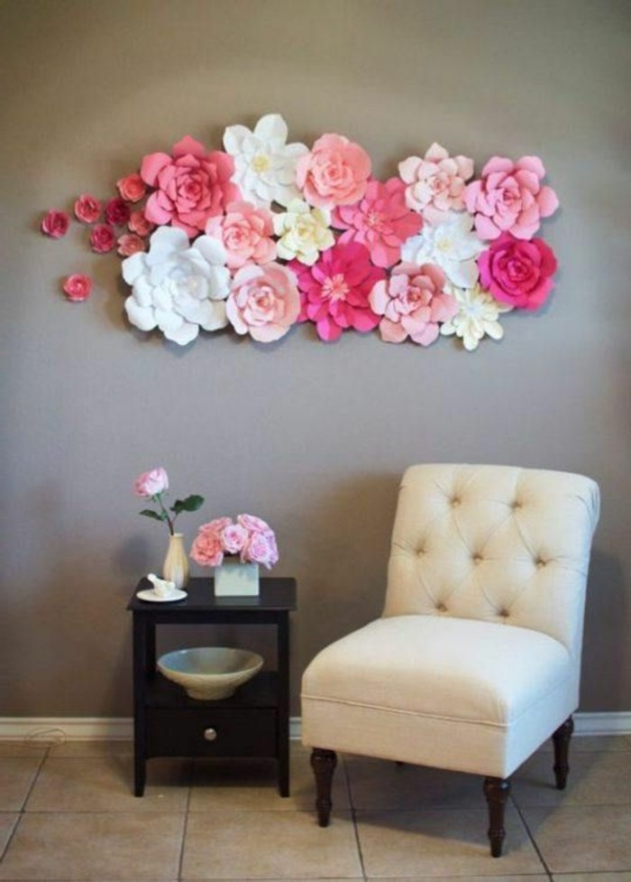 wanddeko-ideen-weiser-stuhl-schwarzer-tisch-rosen-blumen-aus-papier