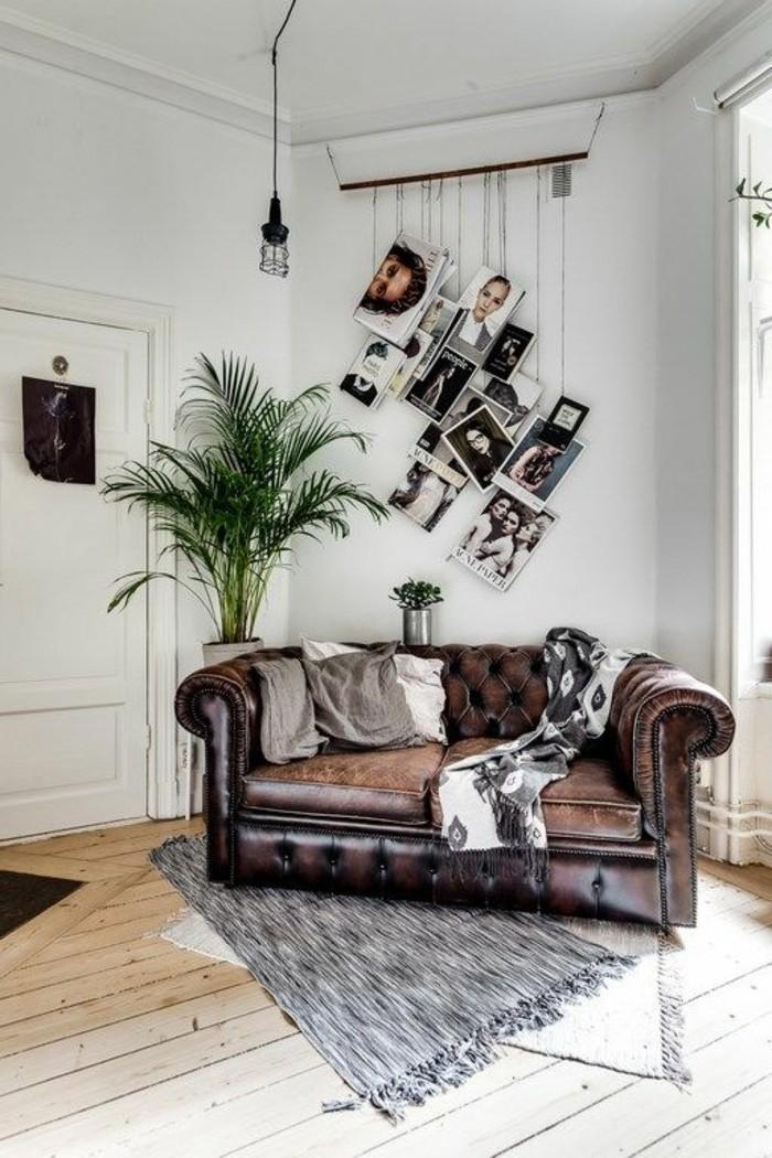 wandgestaltung-ideen-brauner-sofa-grune-pflanze-zeitungen-lampe-teppich