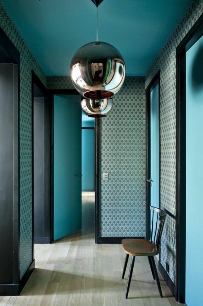 wandgestaltung-ideen-flur-braue-tapeten-stuhl-boden-aus-holz-silberne-lampe