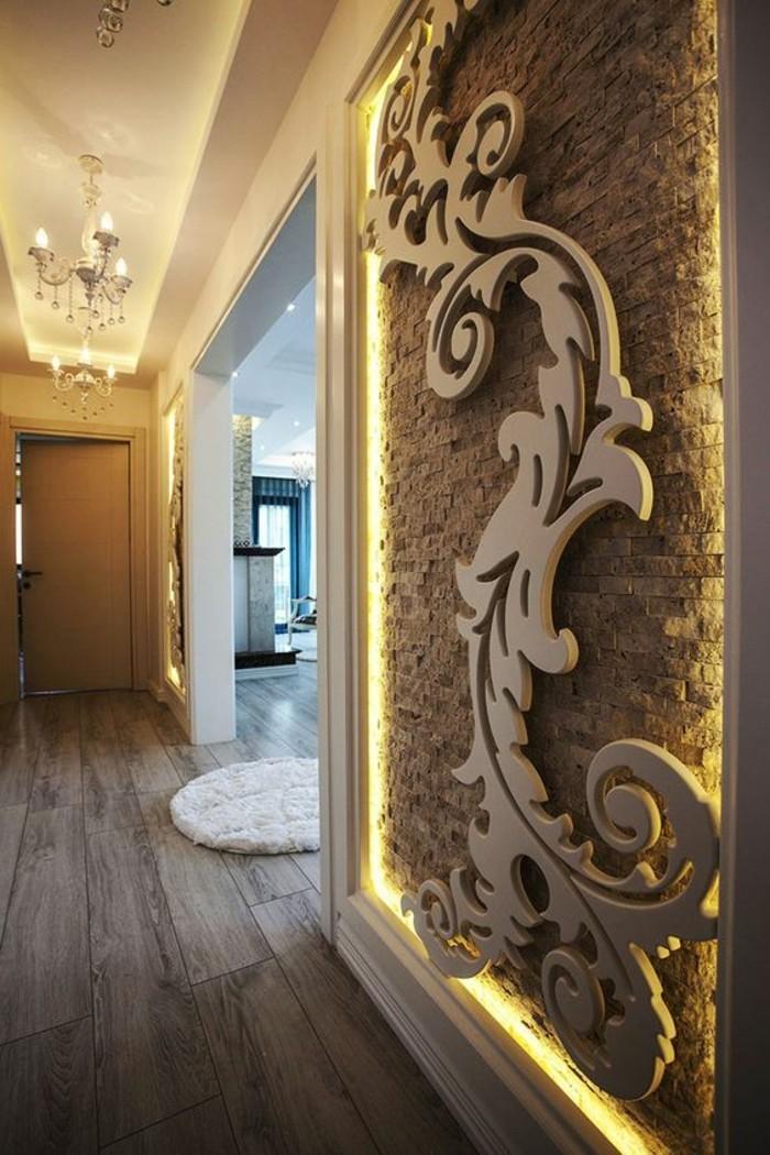 wandgestaltung-ideen-holzerne-dekoration-kronleuchter-wand-mit-beleuchtung