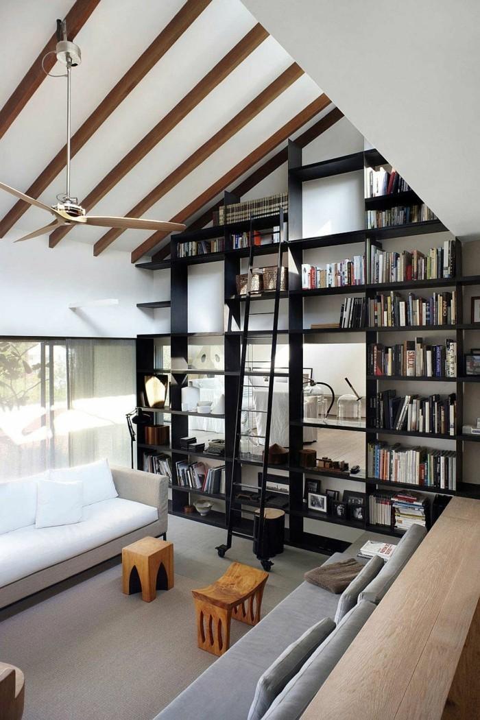 wandregal-ideen-in-schwarzer-farbe-raumteiler-im-dachwohnung