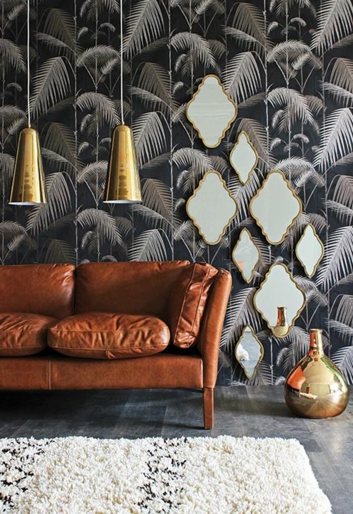 wandtapete-lampen-teppich-sofa-aus-breunem-leder-spiegeln-schwarze-tapete