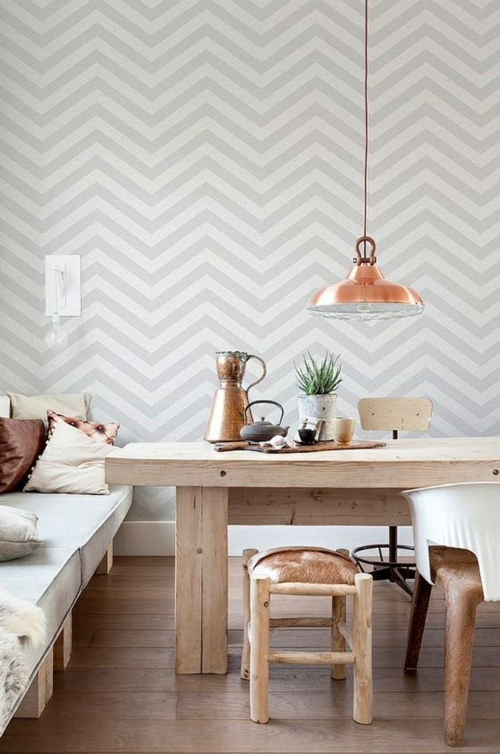 wandtapete-mit-geometrischen-formen-lampe-tisch-aus-holz-stuhl-sofa-boden-aus-holz