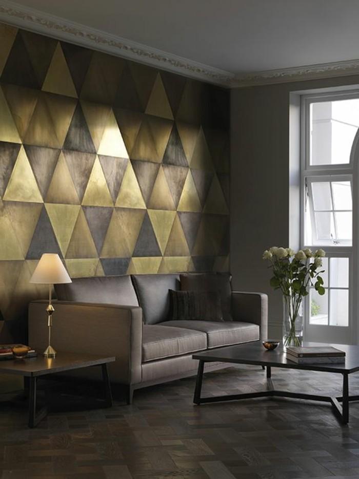 wandtapete-mit-goldenen-geomentrischen-formen-grauer-sofa-weise-rosen-schwarzer-tisch-wohnzimmer