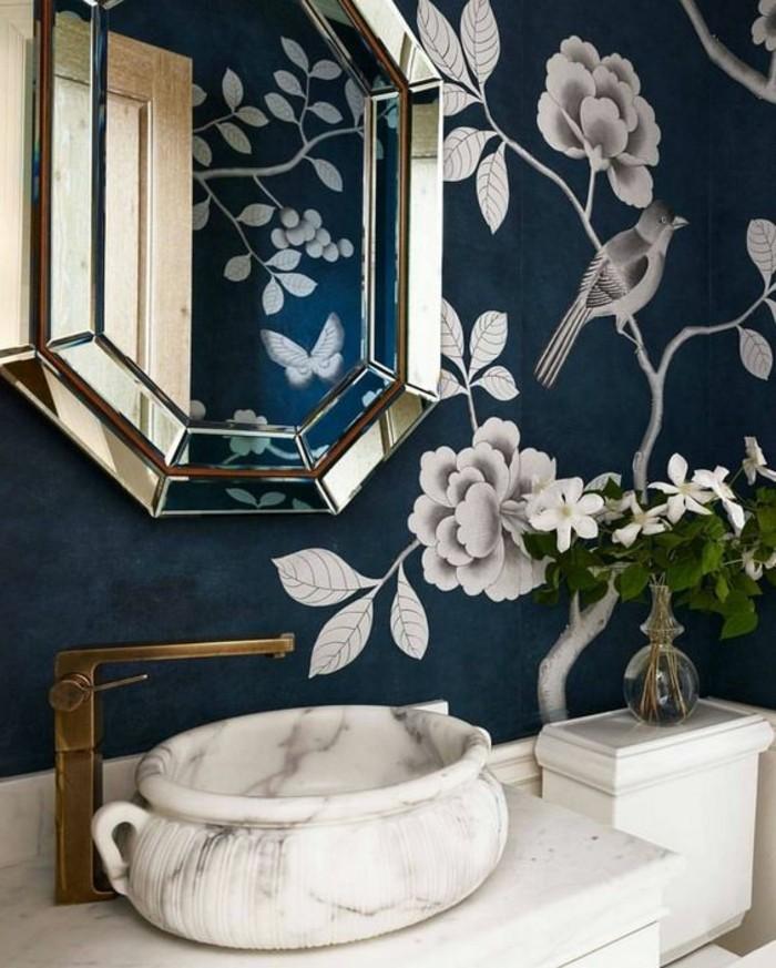 wandtapeten-badezimmer-spiegel-weise-blumen-waschbecken-marmor