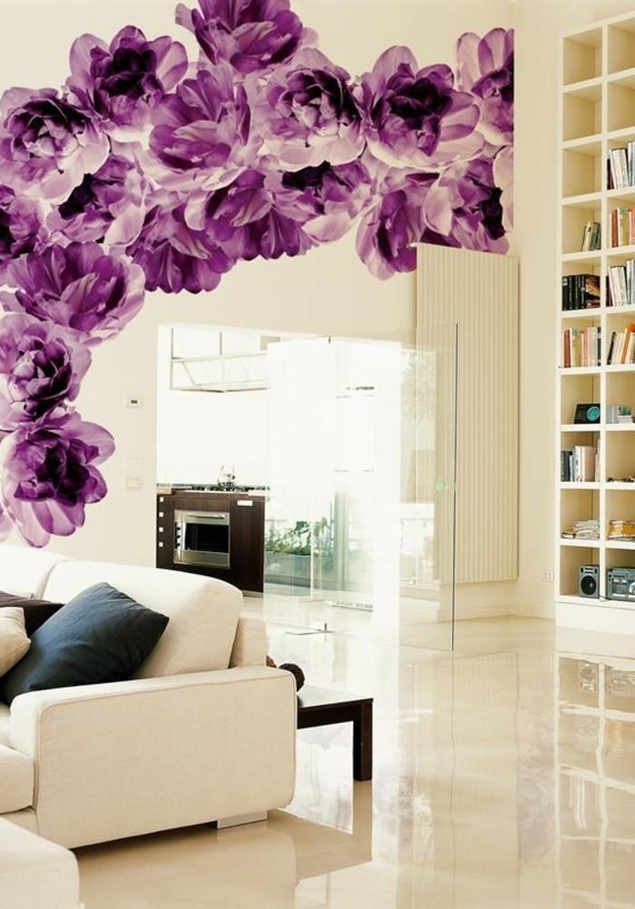 wandtapeten-fototapere-mit-lila-blumen-weiser-sofa-regalsystem-wohnzimmer
