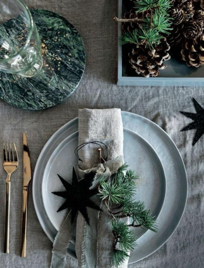 weihanchtsdeko-selbstgemacht-graue-serviette-schwarze-sterne-besteck-glas-tannenzapfen