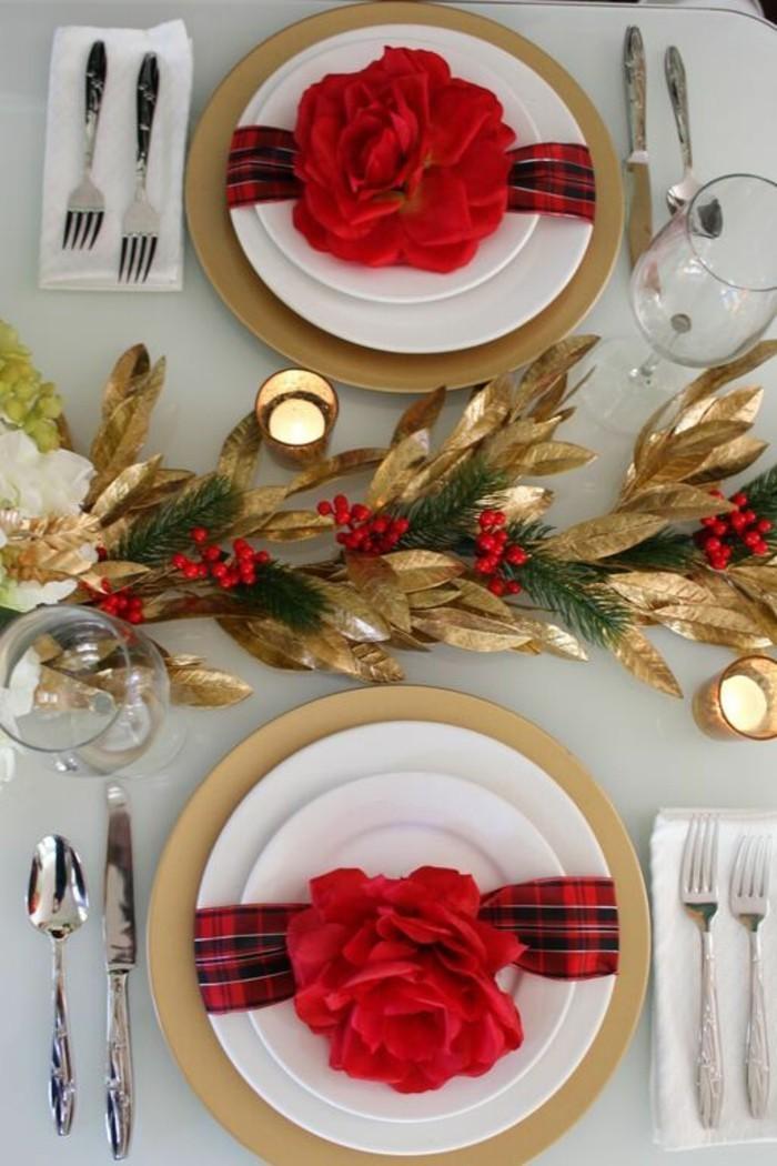 weihanchtsdeko-selbstgemacht-rote-rosen-servietten-goldene-blatter-besteck-vogelbeeren