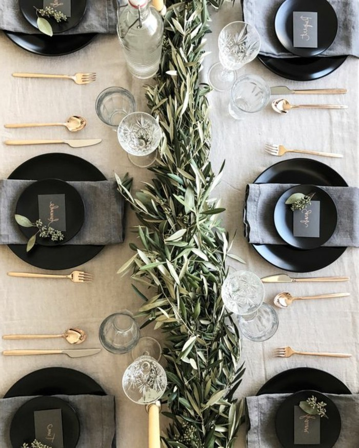 weihanchtsdeko-selbstgemacht-schwarze-teller-grune-zweige-graue-serviette-goldene-bestecke