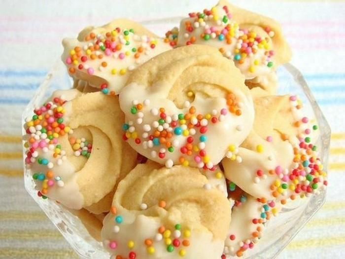 weihnachtliche-desserts-butter-cookies-butter-spritz-mit-verzierung-zuckerguss