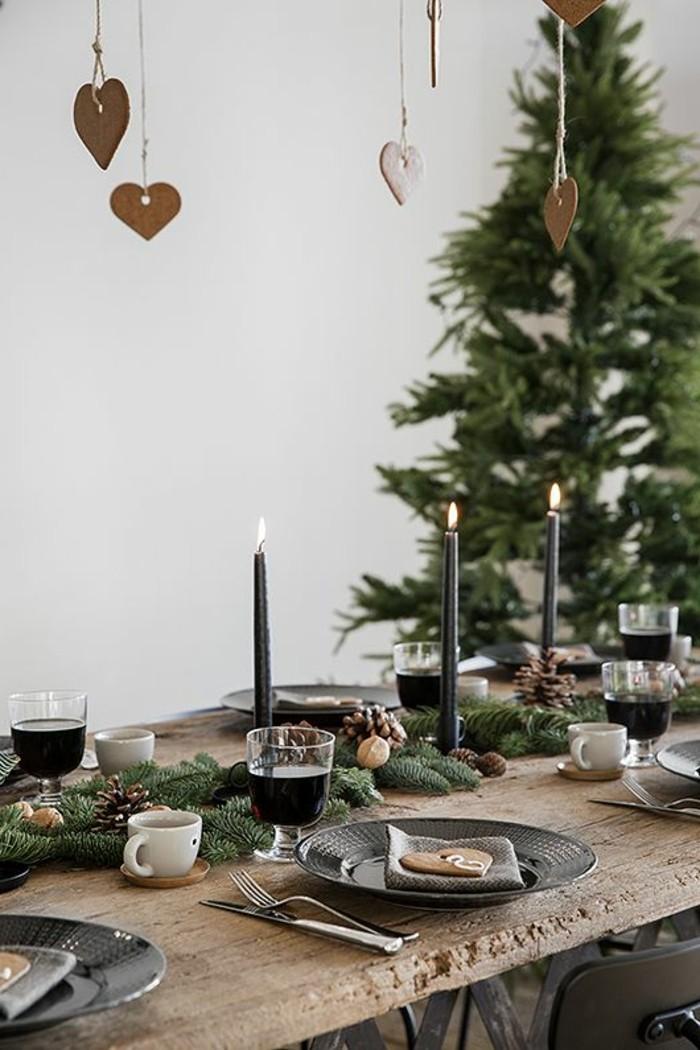 weihnachtliche-tischdeko-holzerner-tisch-tannenbaum-schwarze-kerzen-weinglaser