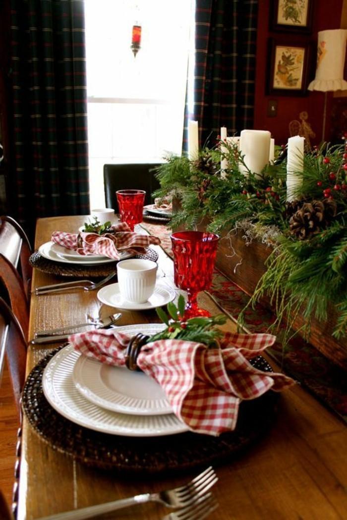 weihnachtliche-tischdeko-weise-kerzen-servietten-in-rot-und-weis-vogelbeeren-zweigen