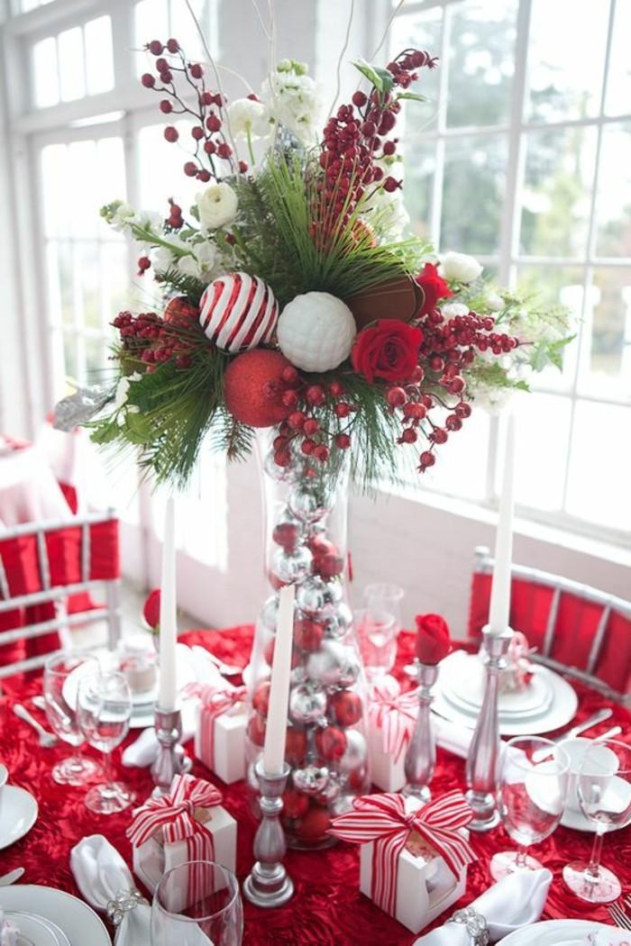 weihnachtliche-tischdeko-weihnachtskugeln-rsen-vogelbeeren-kleine-gesckenkboxe-weise-kerzen