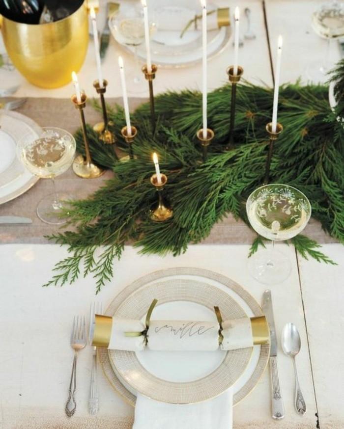 weihnachtliche-tischdeko-zweigen-kerzen-weinglaser-loffel-gabel