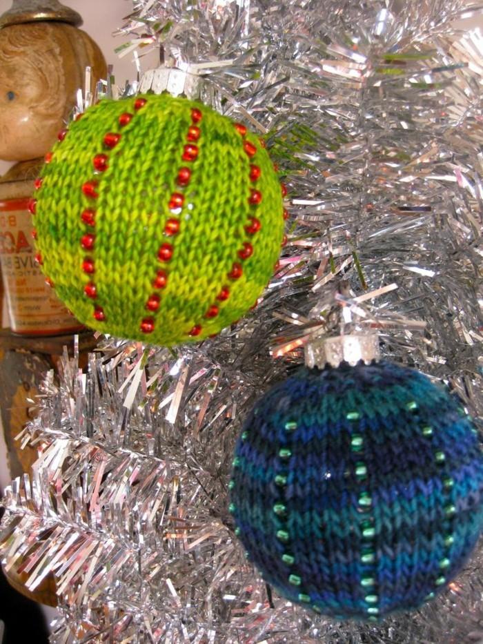 weihnachtsdeko-haekeln-kugeln-in-gruen-und-blau
