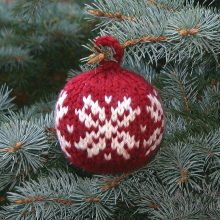weihnachtsdeko-haekeln-roter-kugel-mit-schneeflocken