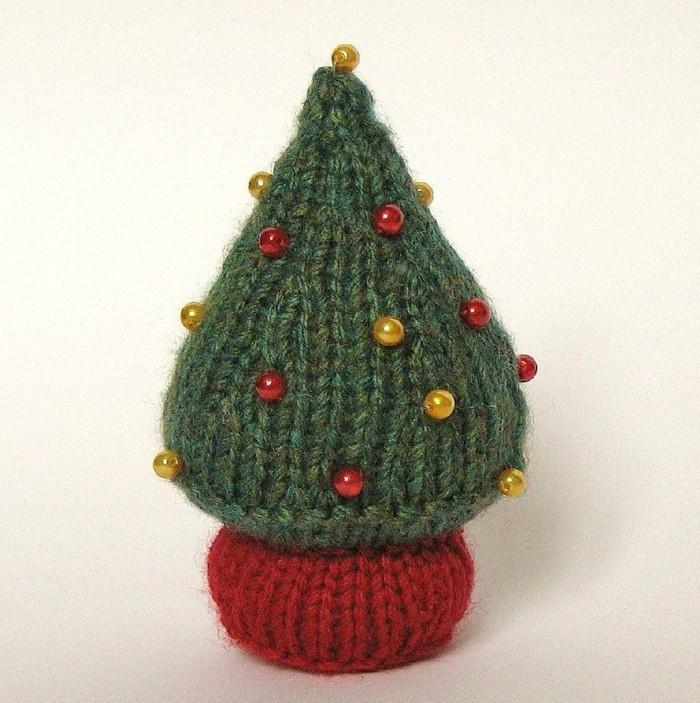 weihnachtsdeko-haekeln-tannenbaum-mit-verzierung