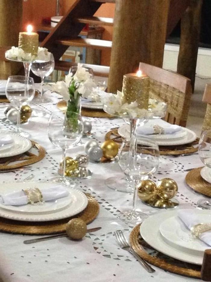 weihnachtsdeko-ideen-goldene-kerzen-weise-tischdecke-goldene-kugeln
