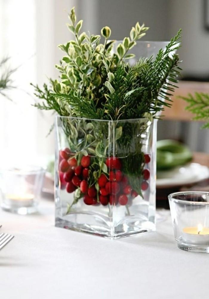 weihnachtsdeko-ideen-grunen-zweigen-vogelbeeren-vase-aus-glas-kerze