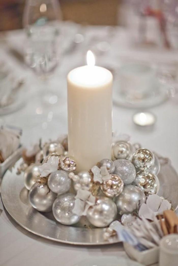 weihnachtsdeko-ideen-silberne-kugeln-weise-kerze-silberner-teller-tisch