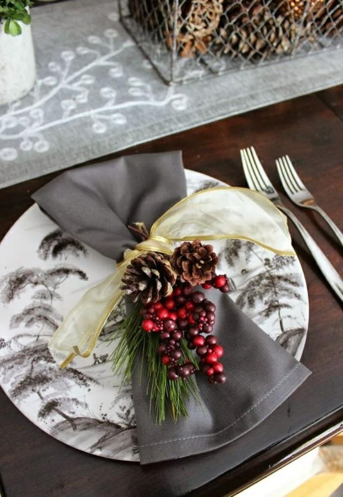 weihnachtsdeko-selber-machen-greue-serviette-vogelbeeren-grune-zweige-goldene-schleife