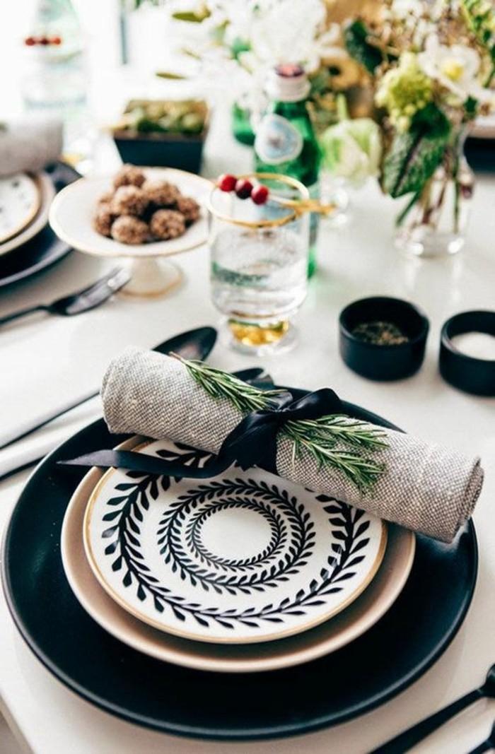 weihnachtsdeko-selber-machen-schwarze-teller-serviette-aus-leinen-schwarze-schleife-essen