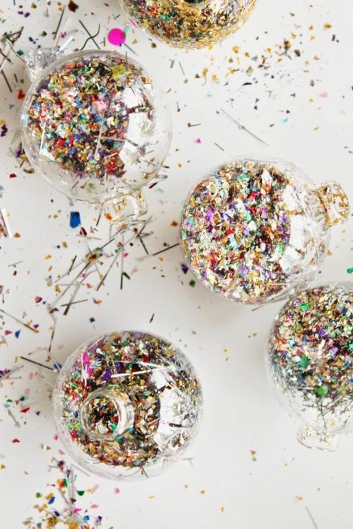 weihnachtsdeko-selber-machen-weihnachtskugeln-mit-bunten-dekorationen-verzieren