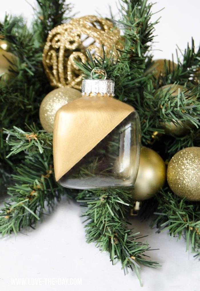 weihnachtsornamente selber machen halbbemalte in gold kugel tannenzweige festliche dekoration inspiration winterdeko basteln