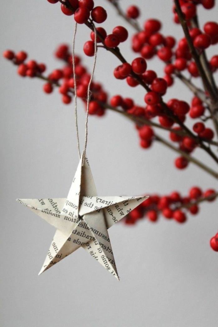 weihnachtsstern diy basteln weihnachten papier festliche ornamente selber machen aufgehängter stern auf scheinbeeren
