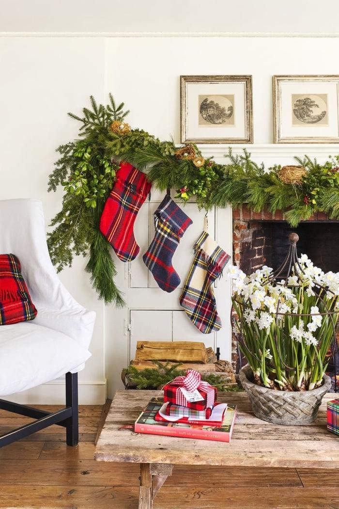 wohnzimmer mit kamin dekoration weihnachten basteln winter dre große nikolausstiefel