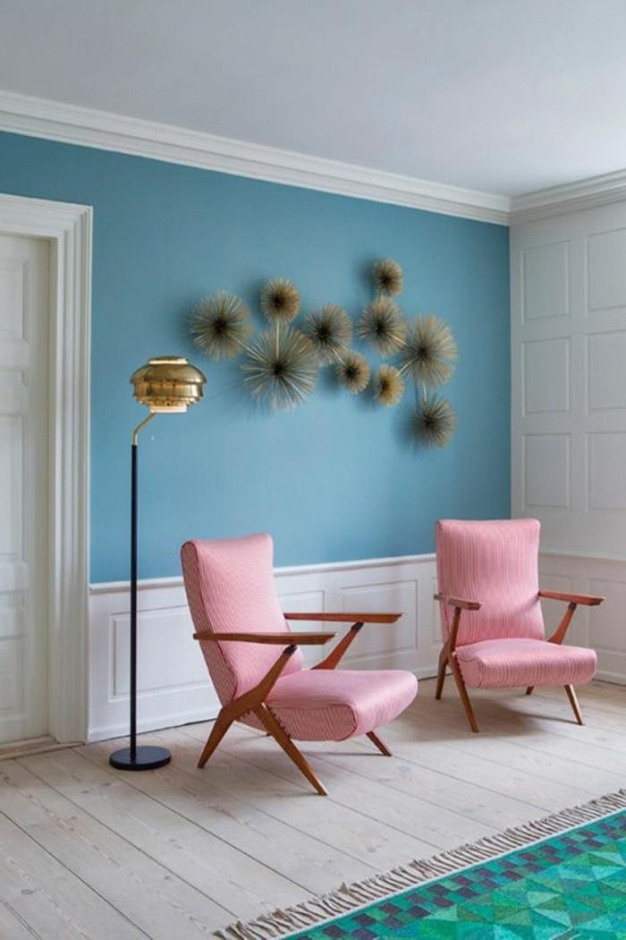 zimmer-deko-blaue-wand-lampe-rosa-stuhle-retro-teppich-boden-aus-holz