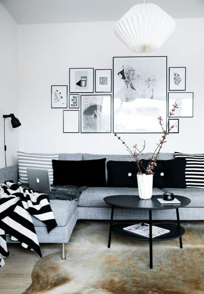 zimmer-deko-grauer-sofa-weiser-lampenschirm-schwarzer-tisch-kissen-bilder