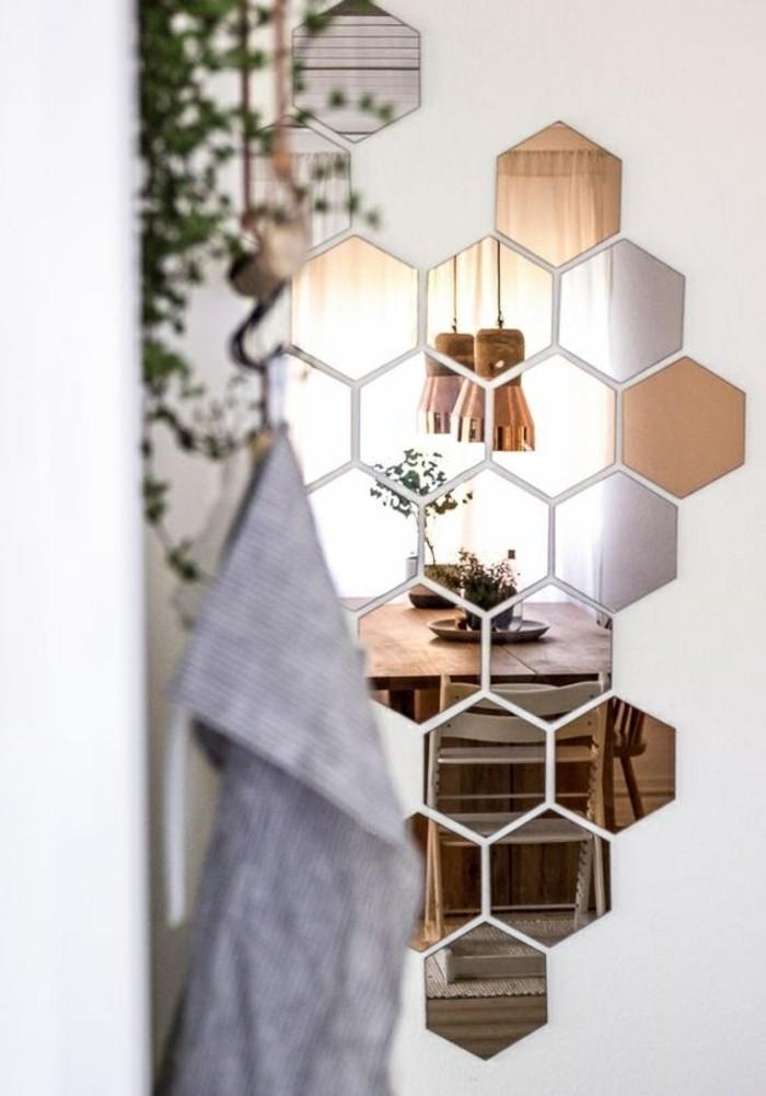 zimmer-deko-kleine-spiegeln-kuche-tisch-aus-holz-stuhle-grune-pflanze