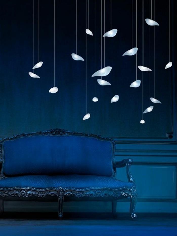 zimmer-dekoblaue-sofa-vogel-leuchte-balue-wand-wandgestaltung