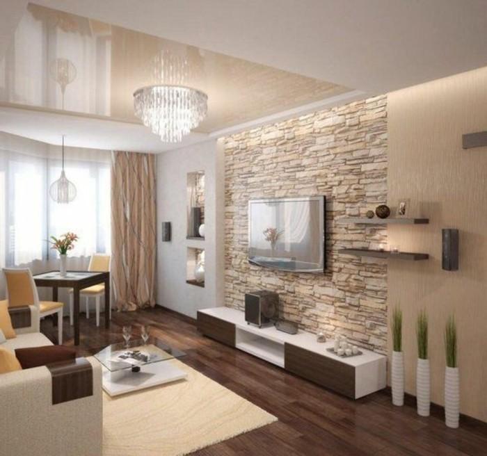 zimmer-dekorieren-kronleuchter-aus-kristall-grune-pflanzen-tisch-stuhle-sofa-wohnzimmer-wand-mit-beleuchtung