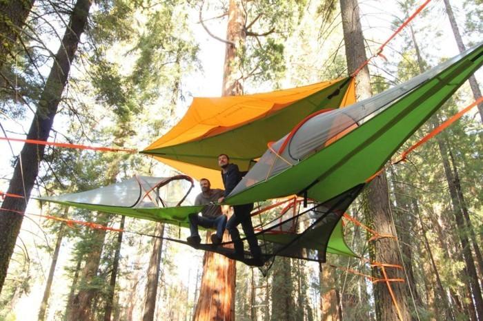 übernachten-im-wald-ein-gelbes-und-ein-grünes-campingzelt-über-boden