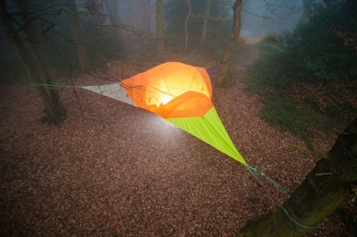 übernachten-im-wald-ein-schön-aussehendes-baumzelt
