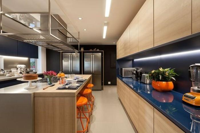 1-kreative-wohnideen-orange-stühle-blumen-keks-vase-kühleschrank-kücheninsel-beleuchtung