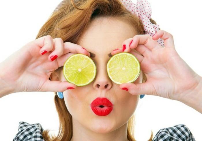 1-masken-selber-machen-zitronen-roter-lippenstift-nagellack-kopftuch-ohrringe-frau