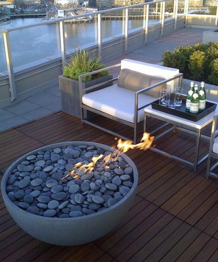 10-balkon-ideen-sessel-steine-gläser-flaschen-boden-aus-holz-grüne-pflanzen-fliesen-feuer