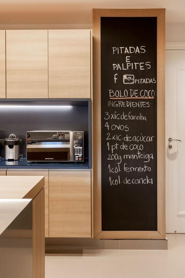 10-wohnungdeko-schwarze-tafel-kreide-schränke-tür-fliesen-kücheninsel-wanddeko