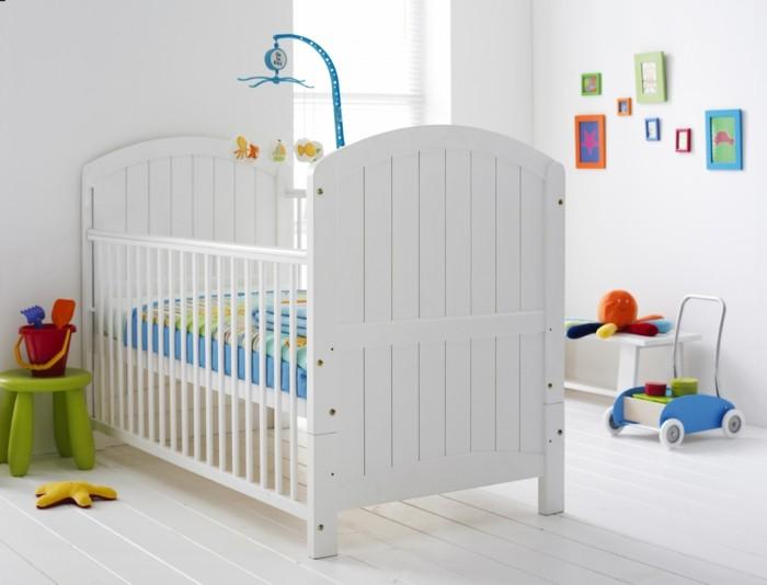 10babyzimmer Ideen Bunte Farbakzente Spielzeuge Parkettboden Weiß Weißes