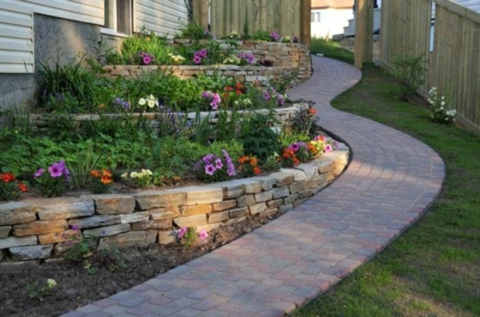 -schöne-gärten-mit-steinen-gestalten-gartenweg-steinweg-holzzaun-weiße-außenjalousien