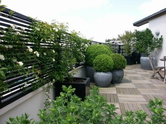 11-balkon-deko-viele-grünen-pflanzen-blumen-boden-aus-holz-große-blumentöpfe